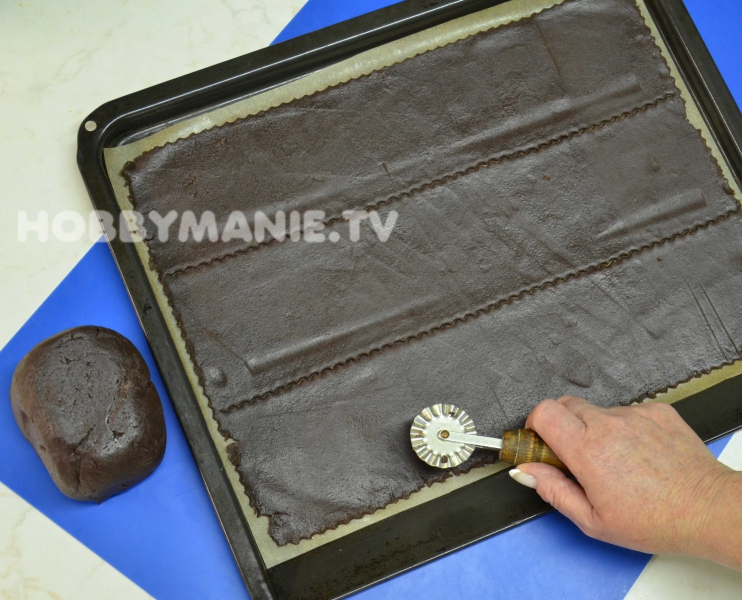 3. Připravené pruhy široké asi 9 cm upečte a zchladlé přeložte na vhodnou delší podložku. Pozor