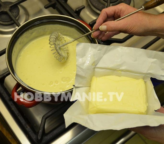 5. Připraveným teplým krémem (je krásně hladký) vždy dva upečené pruhy těsta polijte