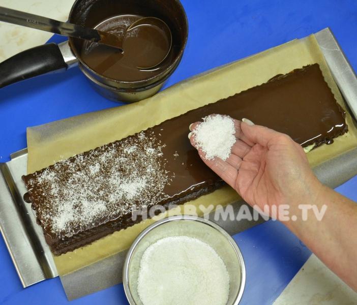 6. Vrchní pruh polijte rozehřátou čokoládovou polevou