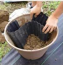 Ve velké nádobě vytvarujte z vlnité fólie jezírko a břehy