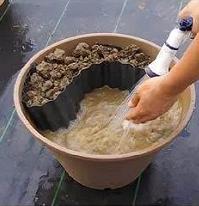 Místo pro jezírko vyplníte vodou